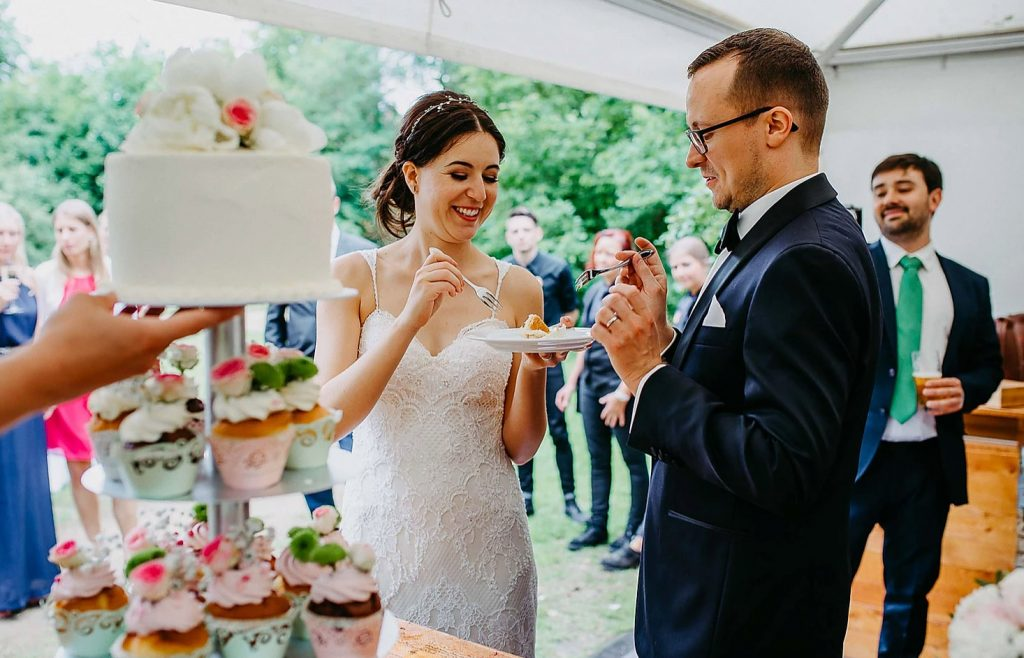 Bride-eating-cake-with-groom-at-weddingday