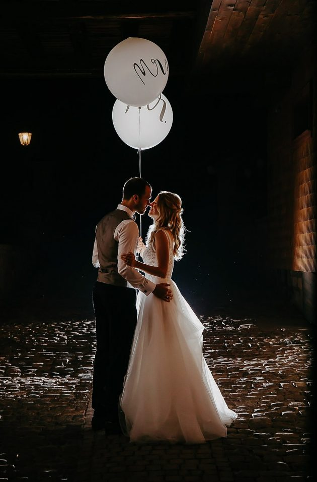 Couple-at-wedding-with-balloon-in-the-dark